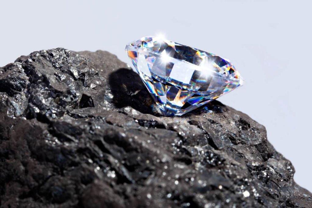 Funkelnder Diamant auf einem Stein