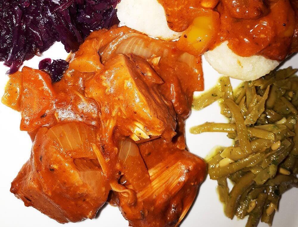Jackfruit Gulasch mit Rotkraut und Klößen 1
